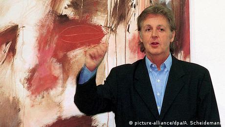 Paul McCartney frente a una de sus pinturas durante la apertura de una galería de arte en Siegen, Alemania. (Photo: picture-alliance/dpa/A. Scheidemann)