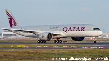 ARCHIV - Qatar Airways erster Airbus A350 startet am 19.01.2015 auf der Startbahn West (Startbahn 18) vom Flughafen Frankfurt am Main (Hessen) in Richtung Doha, Katar. Foto: Christoph Schmidt/dpa (zu dpa «Die weltweit sichersten Fluggesellschaften» vom 12.01.2016) +++(c) dpa - Bildfunk+++ Copyright: picture-alliance/dpa/C. Schmidt