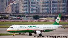 epa04978892 A photo made available on 15 October 2015 shows an EVA Air A321-200 passenger jet at tbe Taipei Songshan Airport in Taipei, Taiwan, 25 August 2015. On 15 October 2015, Boeing announced that EVA Air intends to buy up to 24 Boeing 787-10 Dreamliners and two 777-300ERs, which is valuied at more than eight billion US dollars at current list prices. EVA Air, with 64 aircrafts, is Taiwan's second-largest airline after the China Airlines (CAL). Boeing said that EVA Air wants to modernize its long-haul fleet to expand into new markets, particularly in Southeast Asia, Oceania and North America. EPA/DAVID CHANG +++(c) dpa - Bildfunk+++ Copyright: picture-alliance/dpa/D. Chang