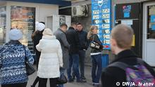 Januar 2016 Bild: DW/Anatolij Ivanov Thema: Krise wird Kasachstan auch 2016 fest im Griff halten Bildbeschreibung: Schlange von einer Wechselstube in Almaty (Kasachstan) im Januar 2016