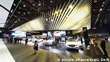 Der Mercedes-Benz Messestand, aufgenommen am 12.01.2016 beim zweiten Pressetag bei der North American International Auto Show (NAIAS) in Detroit (Michigan). Foto: Uli Deck/dpa