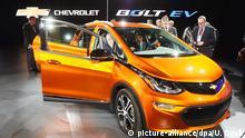 Bei der North American International Auto Show (NAIAS) in Detroit (Michigan) wird am 11.01.2016 der Chevrolet Bolt EV präsentiert. Vom 11. Januar bis zum 24. Januar 2016 findet die NAIAS statt, zuerst nur für die Presse und Händler, dann auch für Privatbesucher. Foto: Uli Deck/dpa