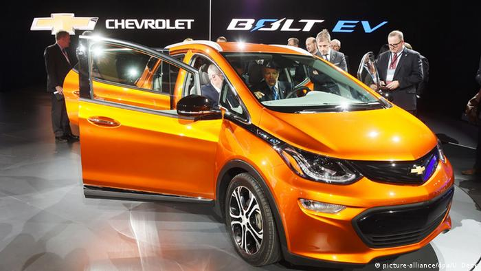 Электромобиль Chevrolet Bolt EV на международном автосалоне в Детройте