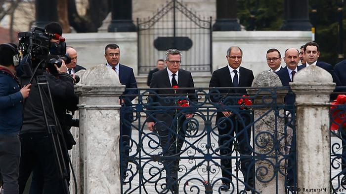 توماس د مزیر وزیر کشور آلمان در محل حادثه در استانبول