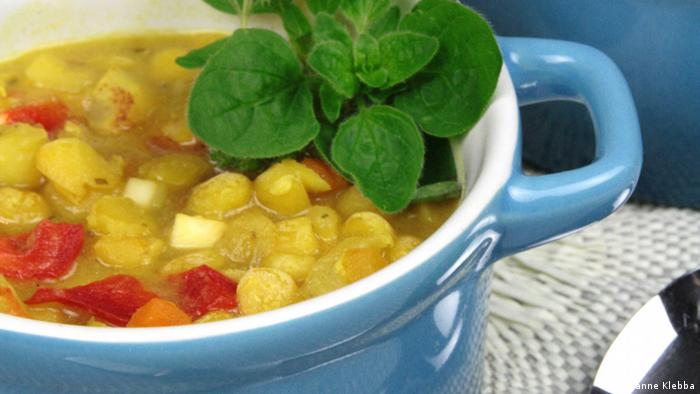 Spicy pea soup with apple and pineapple