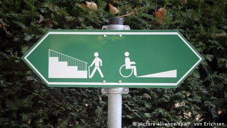 Deutschland Schild Treppe für Rollstuhlfahrer und Fußgänger