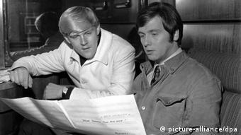 Howard Carpendale und Erik Silvester sitzen in einem Zugabteil des Show-Express '88 (Foto: picture-alliance/dpa)