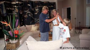 Howard Carpendale mit seiner Freundin Donnice und Sohn Cass im Wohnzimmer seiner Villa in Florida (Foto: picture-alliance/dpa)