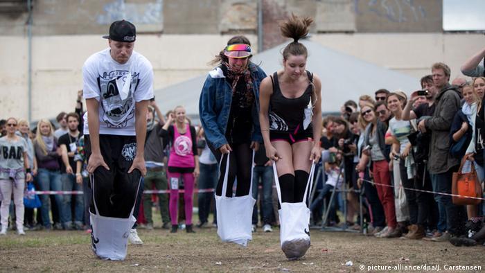 Прыжки в тряпичных сумках на Олимпиаде хипстеров в Берлине