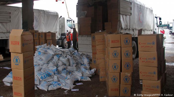 Kisten mit Hilfsgütern werden in der syrischen Stadt Idlib ausgeladen(Archivfoto: AFP)