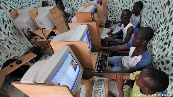 Symbolbild Internetzugang: Internet-Nutzer in Abidjan (Foto: Getty Images/AFP)