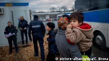 Refugees on the German-Austria border (picture-alliance/dpa/C. Bruna)