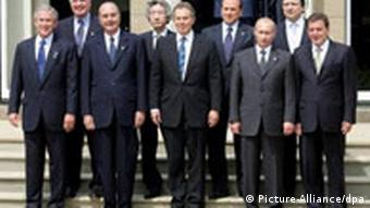 group foto of the government leaders of the group of 8 industrialized nations at their 2005 summit in Gleneagles