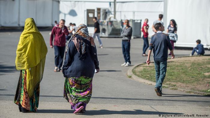 Deutschland Frauen in Flüchtlingsunterkünften (picture-alliance/dpa/B. Roessler)