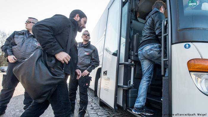 Deutschland Landshuter Landrat Dreier schickt Bus mit Flüchtlingen zum Kanzleramt