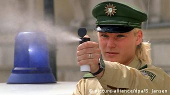Polizistin mit Pfefferspray Tränengas
