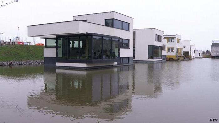 Schwimmende Luxushäuser auf einem Fluss