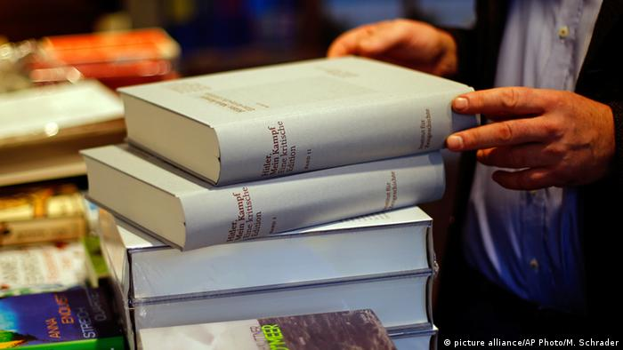 Annotated edition of Mein Kampf (picture alliance/AP Photo/M. Schrader)