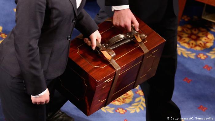 Бюллетени членов коллегии выборщиков в деревянных ящиках вносят в Сенат США
