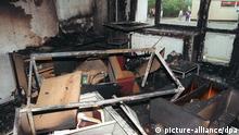 20 Jahre Angriffe auf Ausländer in Deutschland ARCHIV 1992 ***** Das Archivbild vom 25.08.1992 zeigt einen der völlig ausgebrannten Räume des Asylbewerberheimes in Rostock-Lichtenhagen nach der dritten Nacht der schweren Ausschreitungen Rechtsradikaler. Die Extremisten randalierten mehrere Tage lang vor der Zentralen Aufnahmestelle für Asylbewerber. Am 25.08.1992 steckten sie das Hochhaus in Brand. Betroffen waren damals über hundert Vietnamesen und einige deutsche Journalisten. Über neun Jahre sind vergangen, bevor sich nun ab Dienstag (20.11.2001) vier ehemalige Randalierer wegen Beteiligung an den schweren Krawallen vor dem Landgericht Schwerin verantworten müssen. Drei von ihnen wird versuchter Mord zur Last gelgt, allen vier außerdem schwerer Landfriedensbruch. dpa/lvm (zu Korr-Bericht Der vergessene Prozess ... vom 18.11.2001) @ picture-alliance/dpa