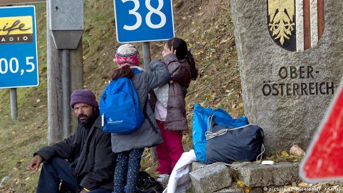 Flüchtlingsfamilie bei Hanging (Österreich) an der Grenze zu Deutschland (Archivbild: picture-alliance/dpa/P. Kneffel)