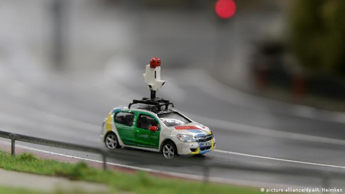 Google Street View car in Miniatur Wunderland in Hamburg (picture-alliance/dpa/A. Heimken)