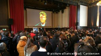 Hundreds of fans mourned their idol at the memorial event organized at Hansa Studios, Copyright: Jörg Carstensen/dpa