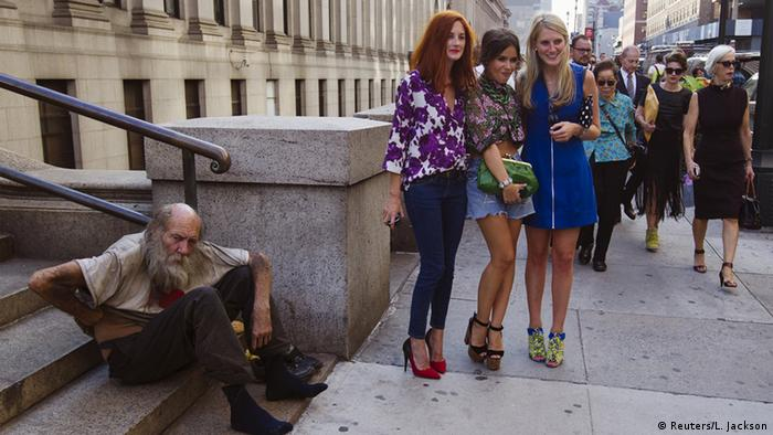 USA Obdachloser mit Models in New York