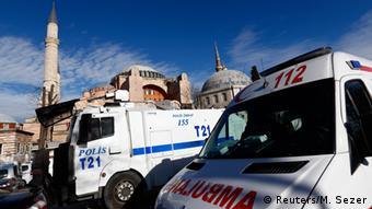 Türkei Polizei- und Rettungswagen am Anschlagsort Istanbul (Reuters/M. Sezer)