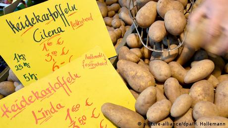 Potatoes at the farmer's market (Photo: picture-alliance/dpa/H. Hollemann)