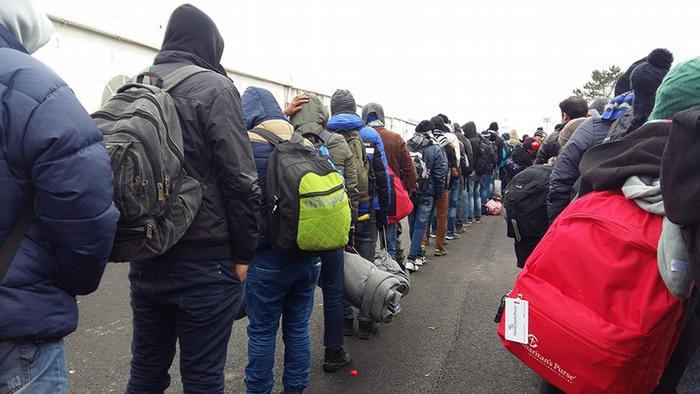 Беженцы стоят в очереди