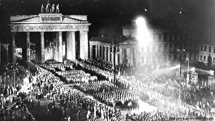 Nazi troops march in front of Berlin's Brandenburg Gate on the night of their takeover on January 30, 1933 (picture-alliance/AP Images)