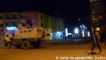 15.01.2016 *** Army forces drive near Hotel Splendid where the attackers remain with sporadic gunfire continuing in Burkina Faso's capital Ouagadougou on Jnauary 15, 2016. Attackers have killed several people at a restaurant opposite a four-star hotel where the assailants are holed up, a restaurant staff member told AFP. / AFP / AHMED OUOBA (Photo credit should read AHMED OUOBA/AFP/Getty Images) © Getty Images/AFP/A. Ouoba