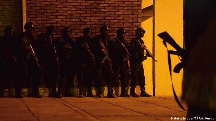 Burkinische Soldaten halten sich für den Einsatz im Hotel in Quagadougou bereit (Foto: AFP)