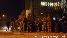 16.01.2016 *** Bildunterschrift:French soldiers take position in the surroundings of the Splendid hotel and a restaurant during an attack on both the hotel and restaurant by Al-Qaeda linked gunmen early on January 16, 2016. Burkina Faso troops supported by French special forces were battling Al-Qaeda linked gunmen in the early hours of January 16 in a Ouagadougou hotel where at least 20 people have been killed. / AFP / AHMED OUOBA (Photo credit should read AHMED OUOBA/AFP/Getty Images) Copyright: Getty Images/AFP/A. Ouoba