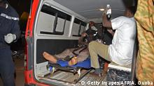 16.01.2016 *** Bildunterschrift:A wounded man receives medical care outside the Splendid hotel during an attack on both the hotel and a restaurant by Al-Qaeda linked gunmen late on January 15, 2016. Burkina Faso troops supported by French special forces were battling Al-Qaeda linked gunmen in the early hours of January 16 in a Ouagadougou hotel where at least 20 people have been killed. / AFP / AHMED OUOBA (Photo credit should read AHMED OUOBA/AFP/Getty Images) Copyright: Getty Images/AFP/A. Ouoba