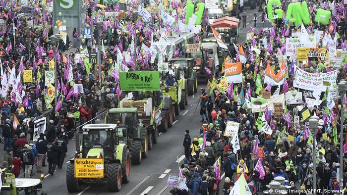 Десятки тысяч протестующих в Берлине требуют изменения аграрной политики