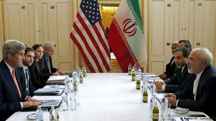 John Kerry, então chanceler de Obama, com os negociados iranianos no dia do lançamento do acordo, em 2016