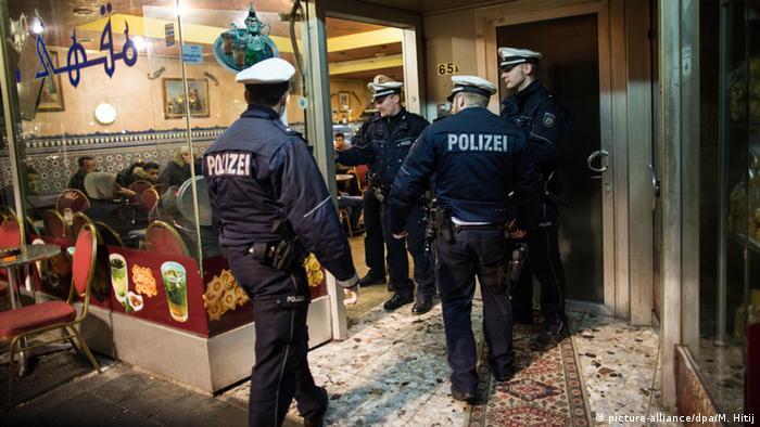 عناصر من الشرطة الألمانية أثناء عملية تفتيش في الحي المغاربي بدوسلدورف