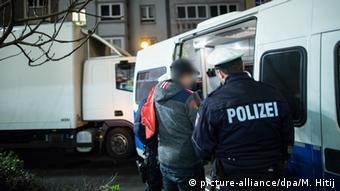 Deutschland Razzia in Düsseldorf - Maghreb-Viertel (Foto: Maja Hitij/dpa)