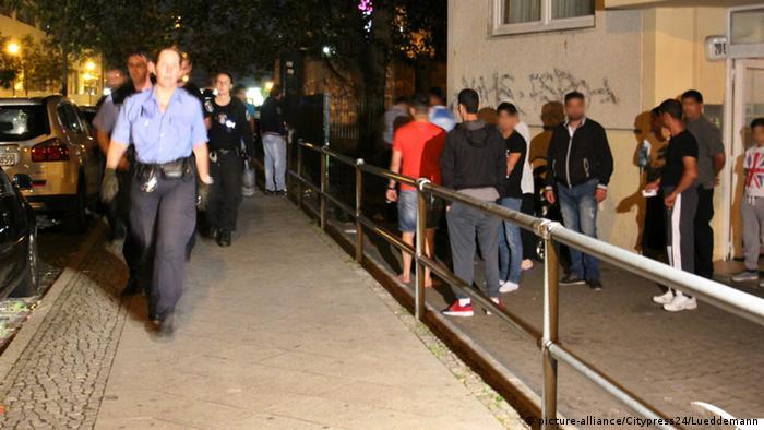Polizeieinsatz nach einer Schlägerei in einer Berliner Asylunterkunft (foto: picture-alliance/Citypress)