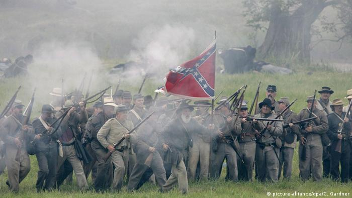 A reenactment of Union and Confederate forces fighting at Gettysburg. (picture-alliance/dpa/C. Gardner)