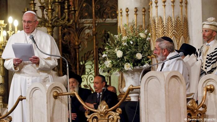 Papst Franziskus besucht die Große Synagoge in Rom. Rechts von ihm steht Oberrabbiner Riccardo Di Segni. (Foto: Reuters/Alessandro Bianchi)
