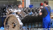 ARCHIV - In einer Montagehalle der Firma «MTU Reman Technologies» in Magdeburg (Sachsen-Anhalt) wird am 23.04.2015 am Zylinderkopf eines Motors gearbeitet. Foto: Jens Wolf/dpa (zu dpa «IHK: Wirtschaft sieht im Iran lukrativen Absatzmarkt» vom 23.07.2015) +++(c) dpa - Bildfunk+++ picture alliance/dpa/J. Wolf