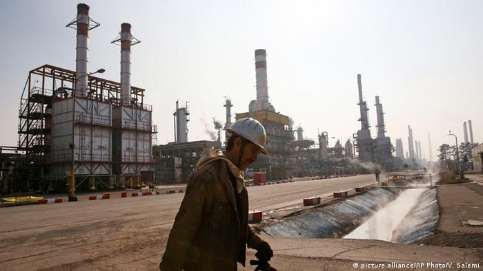Ein iranischer Ölarbeiter vor einer Raffinerie südlich von Teheran (Foto: picture alliance/AP/V. Salemi)