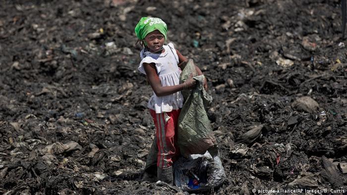 Kind sammelt Müll in einem Slum in Kenia (Foto: AP)