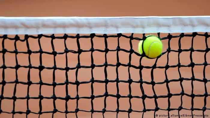 Tennis Netz mit Ball (picture alliance/Eibner-Pressefoto)