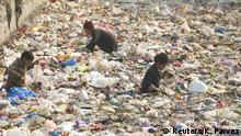 Pakistan Kinder suchen Plastik in einem Kanal in Peschwar