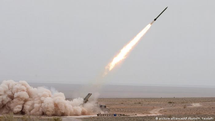 Iran Abschuss einer Rakete während Übung iranischer Armee (picture-alliance/AP Photo/H. Yazdani)