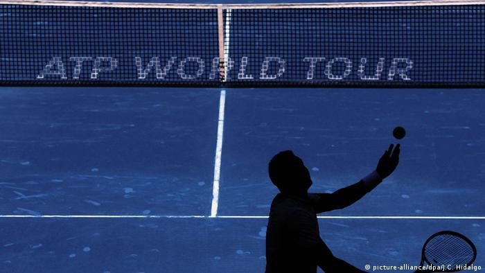 Теннисист делает подачу